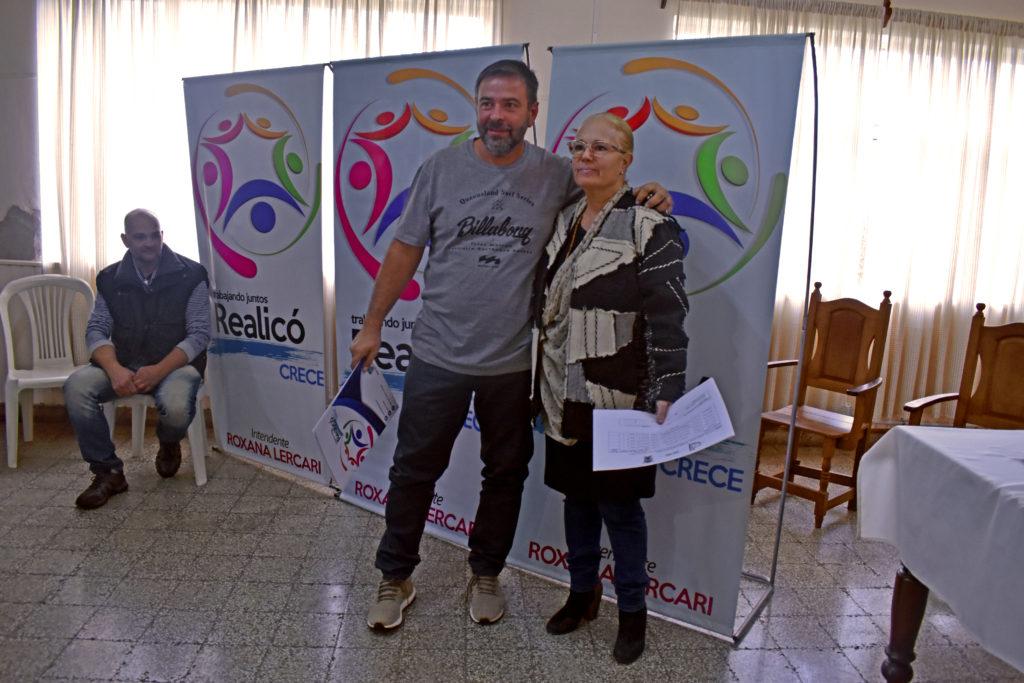 Roberto Cuesta recibe el crédito de manos de la intendente Roxana Lercari.